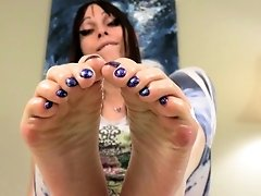 Footworshipping tgirl oils up her sexy feet